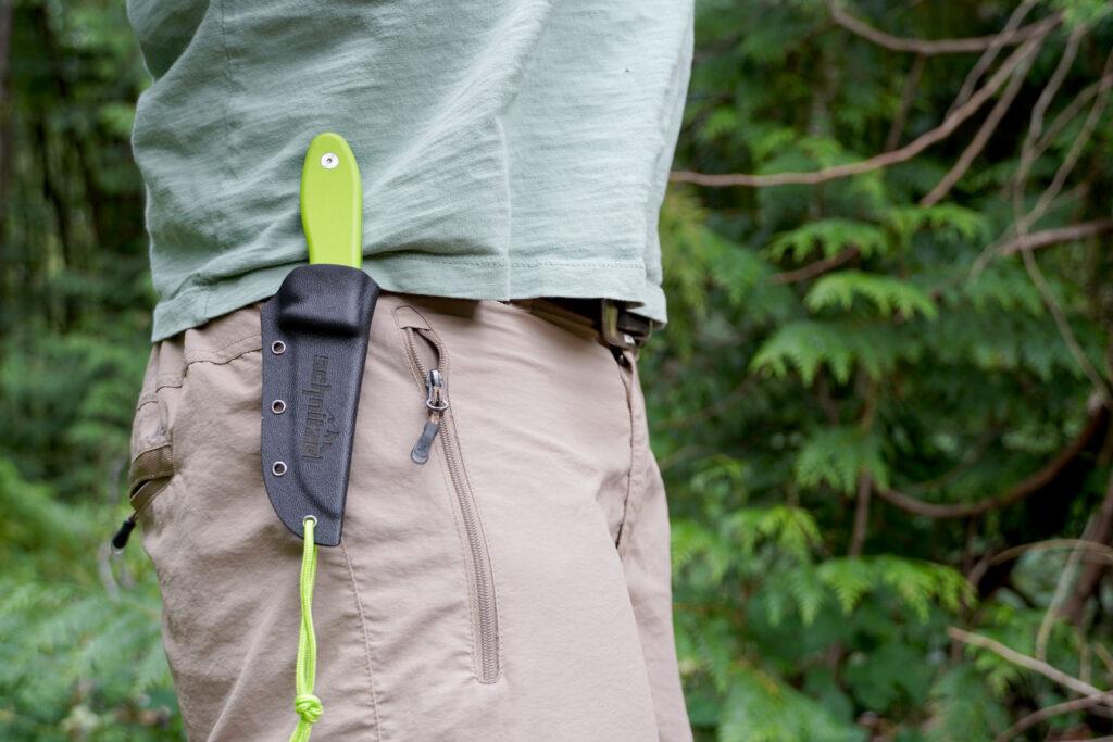 Messerscheide des Schnitzel UNU am Gürtel getragen.